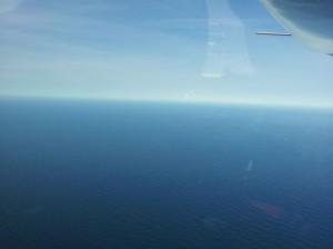 Ultraleichtflugzeug über dem Atlantischen Ozean