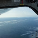 Ultraleichtflugzeug über dem Atlantik